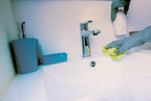 Empresa de limpieza, limpieza adecuada de grifo.