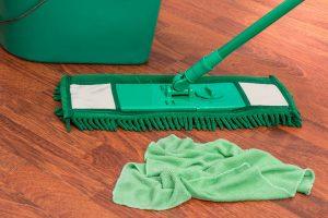 Empres de limpieza, realizando limpieza de suelos.