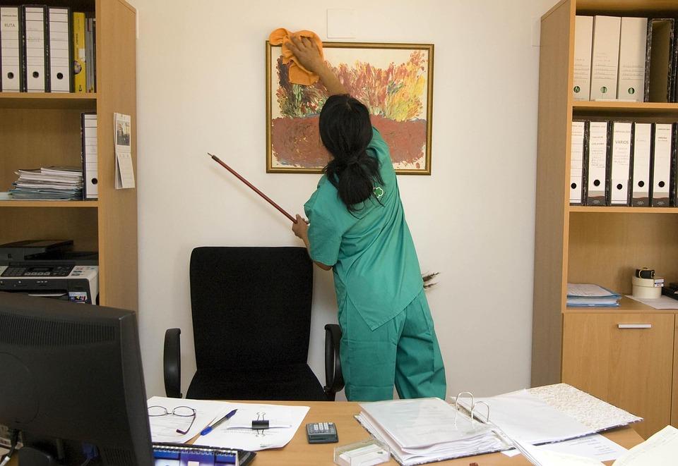 Realizando limpieza de despacho.