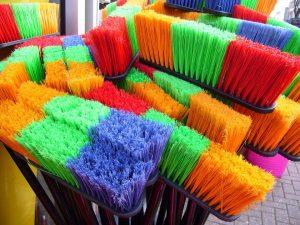 """Empres de limpieza """"Escobas de colores para barrer el hogar"""""""
