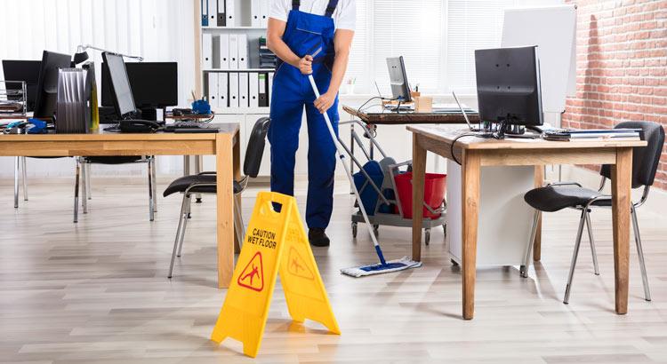 Empleado limpiando oficina de trabajo