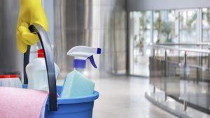 productos de limpieza dentro de cubo
